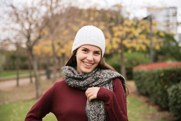 Крупным планом портрет улыбающейся женщины в парке