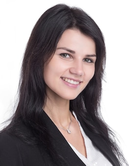 Крупным планом. портрет улыбающейся молодой деловой женщины. изолированные на белом фоне
