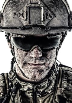 フィールドユニフォームと戦闘用ヘルメットの特殊部隊の兵士の肖像画、白で隔離の肖像画をクローズアップ