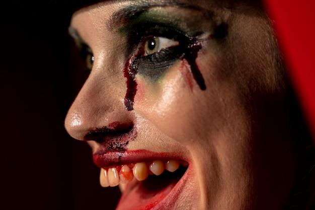 Крупным планом портрет жуткий макияж женщины с кровью