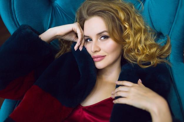 毛皮のコートを着ているスタイリッシュな女性の肖像画をクローズアップ