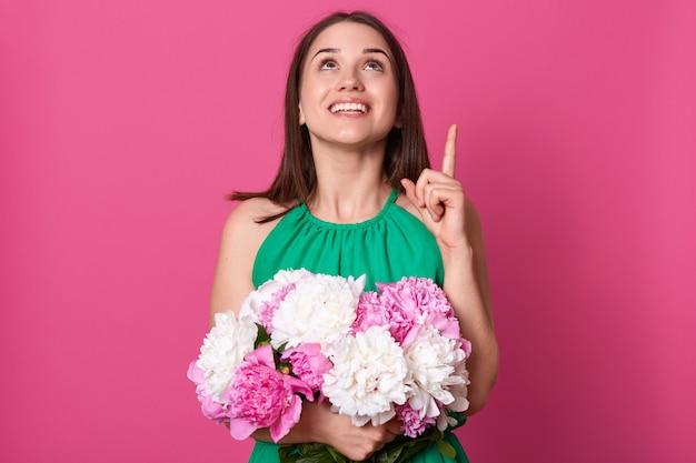 Крупным планом портрет нежной позитивной молодой девушки, делая жест