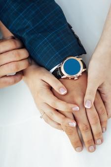 新郎新婦のクローズアップの肖像画。彼らの手に結婚指輪