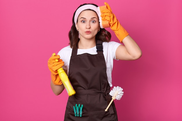 손에 오렌지 스폰지와 세제로 피곤 된 젊은 여자의 초상화를 닫습니다