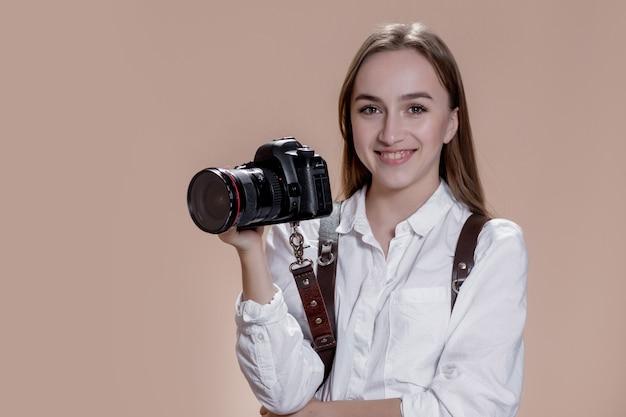 디지털 카메라로 사진을 찍는 카메라로 여자 사진 작가의 초상화를 닫습니다