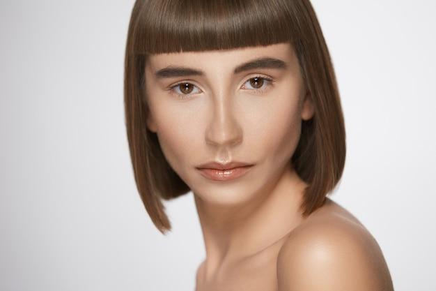 앞머리를 가진 여자의 클로즈 업 초상화, 신선한 매일 메이크업과 스트레이트 헤어 스타일로 아름다운 모델