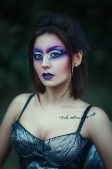 創造的なメイクを持つ女性のクローズアップの肖像画