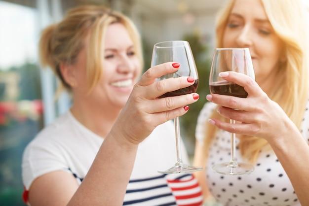발코니에 여성 와인의 초상화를 닫습니다