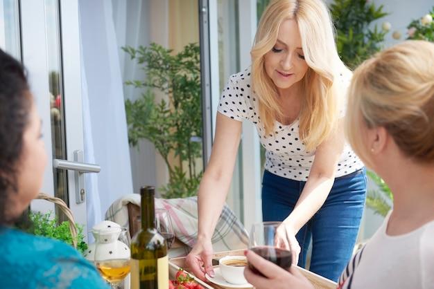 バルコニーで女性のワインの肖像画をクローズアップ