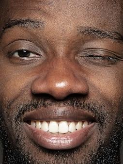 若いアフリカ系アメリカ人男性の肖像画をクローズアップ