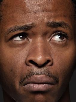 Крупным планом портрет молодого афро-американского человека