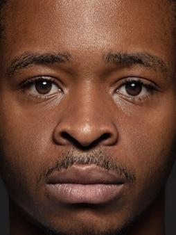 若くて感情的なアフリカ系アメリカ人男性の肖像画をクローズアップ