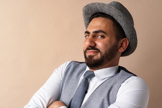Крупным планом портрет молодого арабского человека в студии
