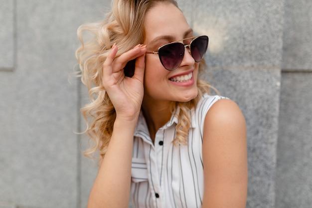 선글라스를 착용하는 여름 패션 스타일 드레스에 도시 거리에서 젊은 매력적인 세련된 금발 여자의 클로즈 업 초상화