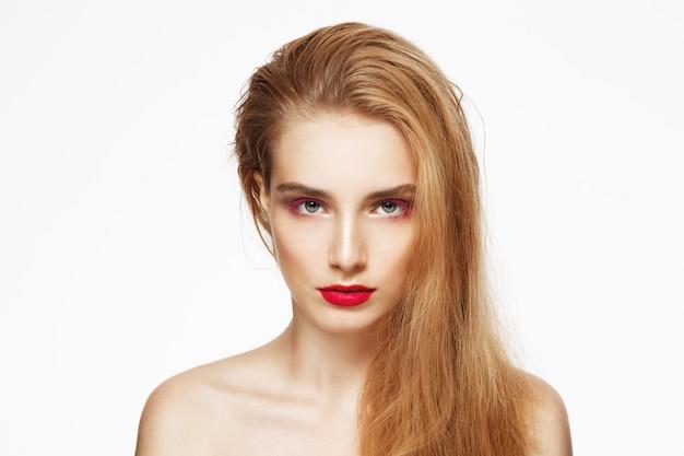 밝은 메이크업 젊은 아름 다운 자신감 여자의 클로 우즈 업 초상화. 흰 벽. 외딴.