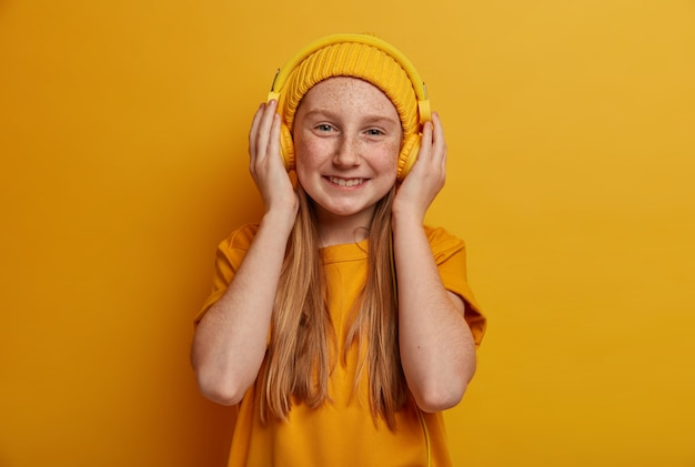 孤立した若い美しい少女の肖像画をクローズアップ