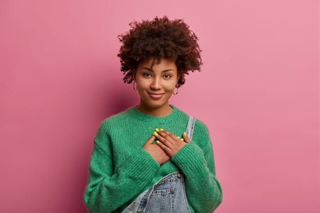 孤立した若い美しい女性の肖像画をクローズアップ