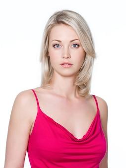 젊은 금발의 아름 다운 여자의 클로즈업 초상화