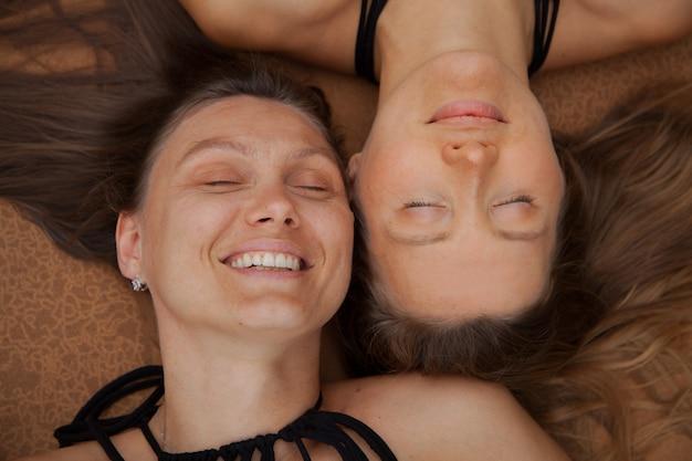 Крупным планом портрет молодых кавказских женщин лежа и улыбается. улыбаясь концепции здоровых женщин.