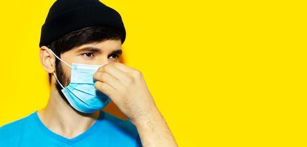 코로나 바이러스에 대한 의료 얼굴 마스크를 씌우고 젊은 남자의 클로즈 업 초상화