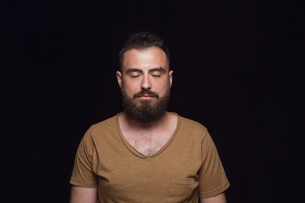 Закройте вверх по портрету изолированного молодого человека. настоящие эмоции мужской модели с закрытыми глазами. вдумчивый. выражение лица, концепция человеческой природы и эмоций.