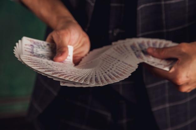 Крупным планом портрет молодого человека с азартными играми