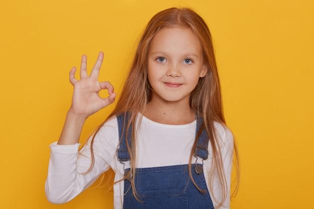 7歳の金髪少女の肖像画を閉じる