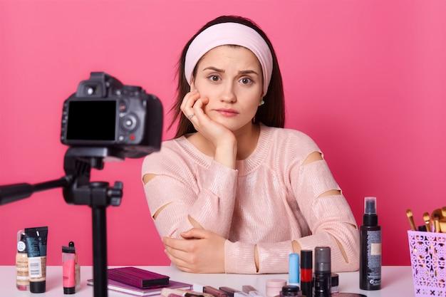 Крупным планом портрет молодой, хотя женщина сидит перед камерой