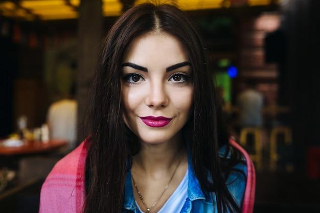 きれいな新鮮な肌を持つ若い女性の顔のクローズアップの肖像画-クローズアップ