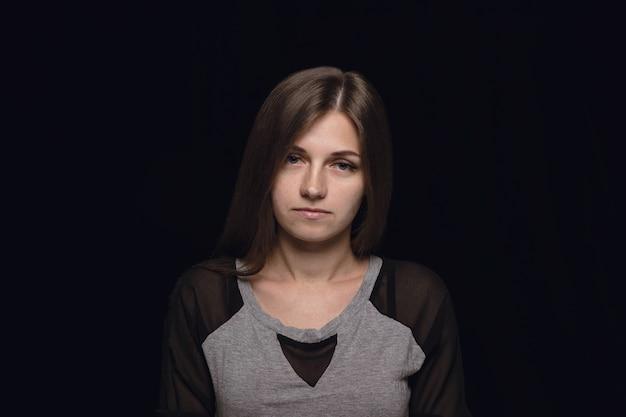 孤立した若い女性の肖像画を閉じます。女性モデル。喪、精神的苦痛。顔の表情、人間性、感情の概念。