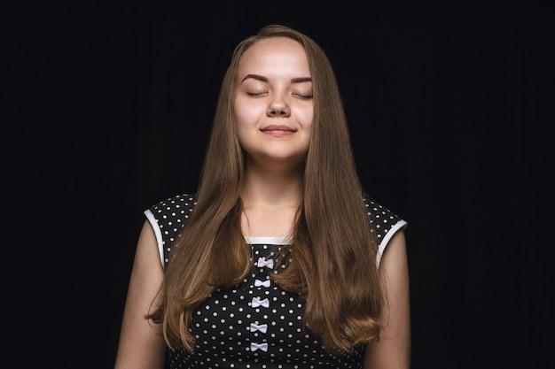 孤立した若い女性の肖像画を閉じます。目を閉じた女性モデル。考えて笑う。顔の表情、人間の感情の概念。