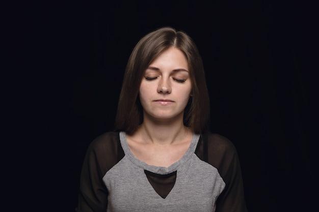 孤立した若い女性の肖像画を閉じます。目を閉じた女性モデル。思いやりがある。顔の表情、人間性、感情の概念。