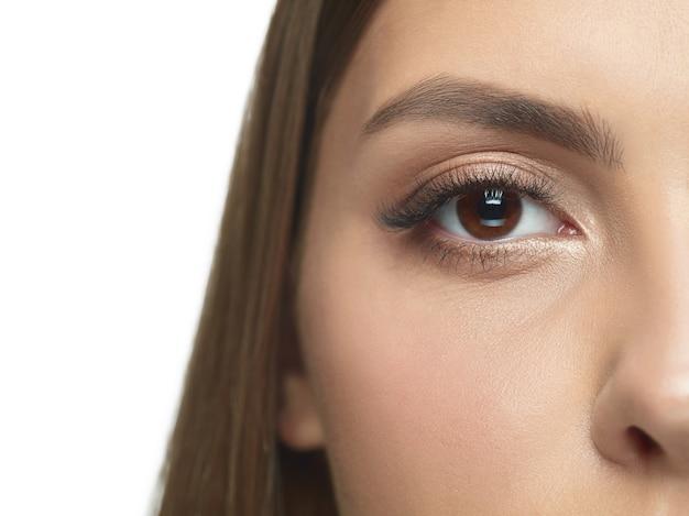 しわのない若い女性の目のクローズアップの肖像画。