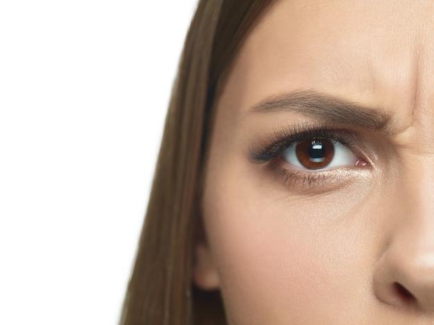 젊은 여자의 눈과 얼굴 주름의 클로즈업 초상화. 피부가 잘 관리 된 여성 모델. 건강과 미용, 미용, 화장품, 셀프 케어, 바디 및 스킨 케어의 개념. 노화 방지.