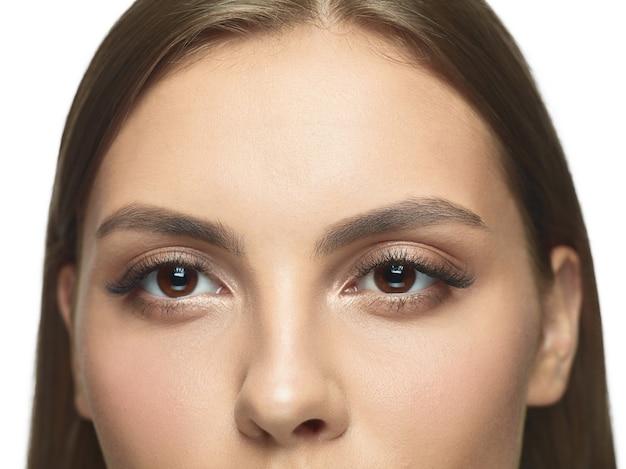 Крупным планом портрет глаз молодой женщины без морщин.