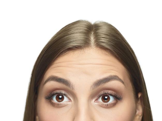 しわのない若い女性の目のクローズアップの肖像画