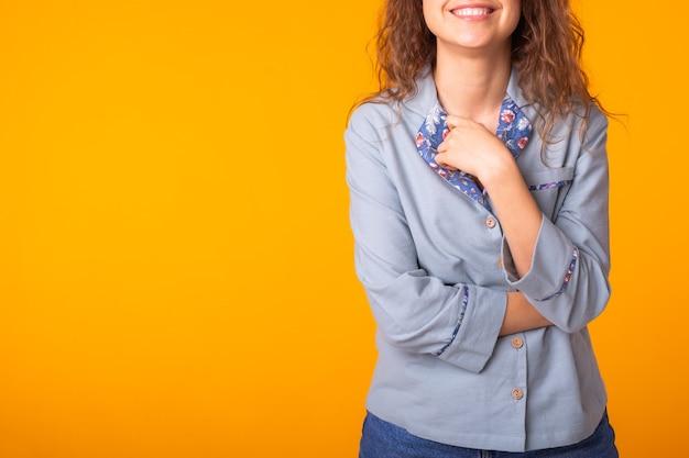 화려한 노란색 벽에 재미 클로즈업 초상화 꽤 멋진 여자
