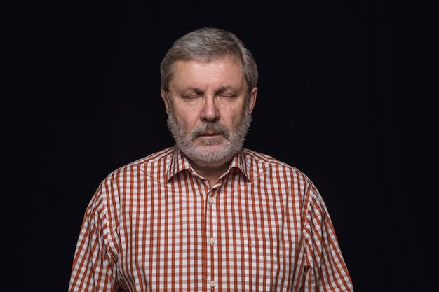 Close up ritratto di uomo anziano isolato. modello maschile con gli occhi chiusi. premuroso. espressione facciale, natura umana e concetto di emozioni.