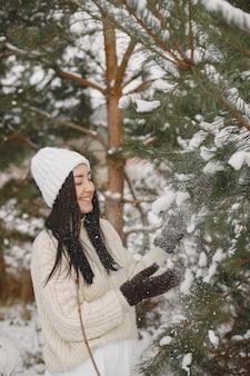 Ritratto del primo piano della donna in maglione bianco