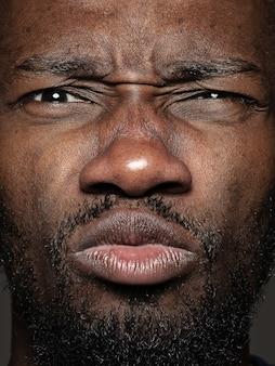 Close up ritratto di giovane uomo afro-americano