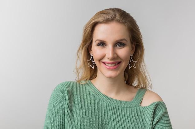 Ritratto del primo piano di giovane donna sexy fiduciosa attraente, stile casual, orecchini alla moda, maglione verde, indipendente, isolato, guardando a porte chiuse, guardando a porte chiuse, trucco naturale