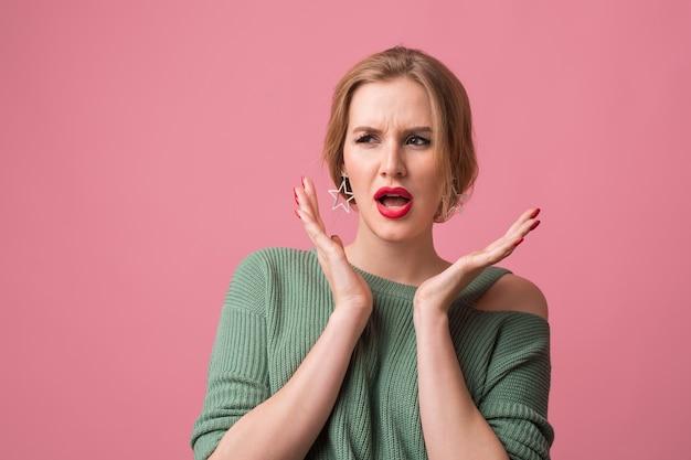 Close up ritratto di giovane donna attraente con sconvolto espressione del viso, sorpreso, emotivo, divertente, isolato su sfondo rosa, tenendo le mani in alto, bocca aperta, angree