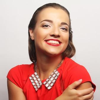 빨간 드레스에 초상화 젊은 행복 한 여자를 닫습니다