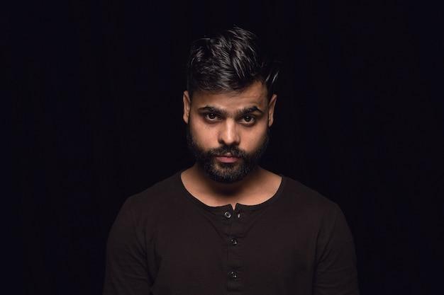 Close up ritratto di giovane uomo indù isolato. vere emozioni del modello maschile. lutto, sofferenza mentale. espressione facciale, natura umana e concetto di emozioni.