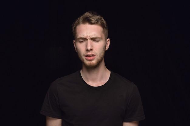 Close up ritratto di giovane uomo isolato sul nero