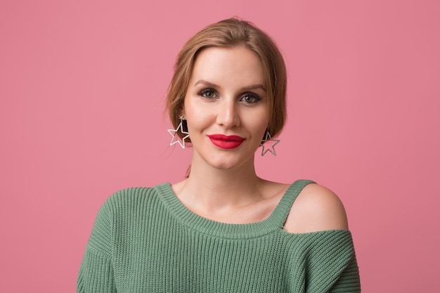 Chiuda sul ritratto di giovane donna bella elegante sexy sorridente isolato su sfondo rosa, grandi labbra rosse, stile elegante, tendenza moda primavera make-up, guardando a porte chiuse