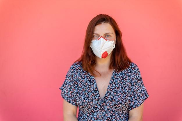 パンデミックの間にマスクのクローズアップの肖像若い女性。