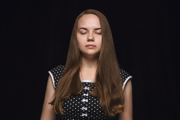 Close up ritratto di giovane donna isolata. modello femminile con gli occhi chiusi. premuroso. espressione facciale, natura umana e concetto di emozioni.