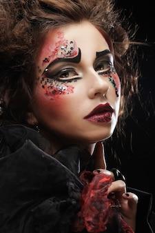 Крупным планом портрет молодой женщины с ярким макияжем