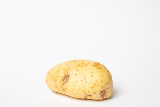 孤立した白い背景でジャガイモを閉じます。レタッチされていないジャガイモ。